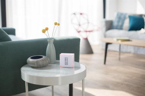 draadloze thermostaat op tafel in woonkamer